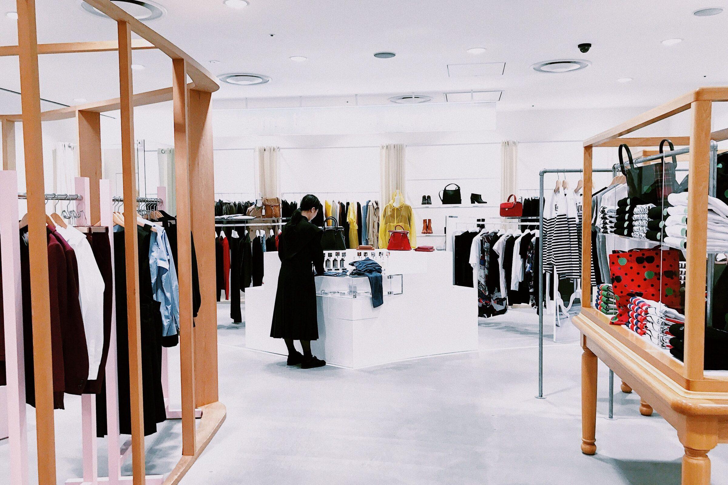 kvinna i butik